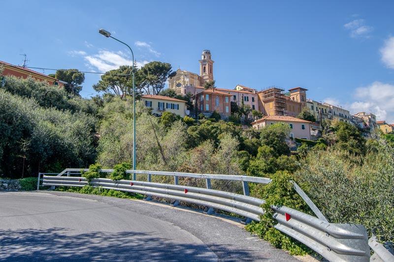foto di Diano Castello sulla collina, vista lungo la SP 37