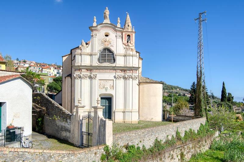 Immagine delle mura che circondano il Sagrato della Chiesa