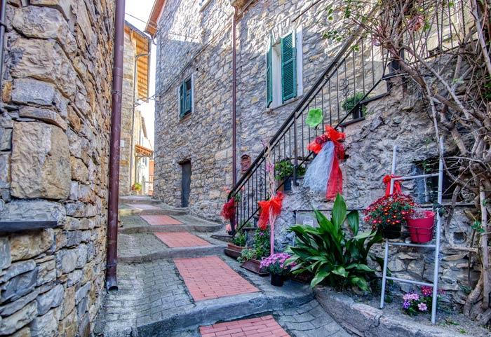 immagine di un particolare artistico nelle vie di Villa Faraldi
