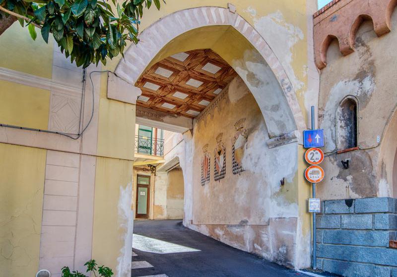 IMMAGINE DELLA PORTA SUD DI DIANO CASTELLO
