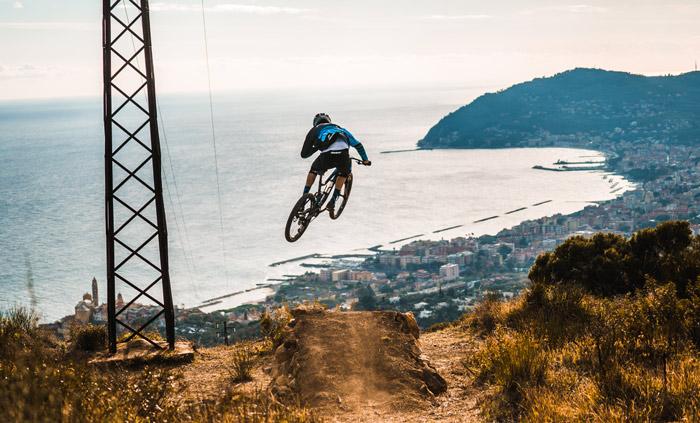"""immagine di un ciclista nel percorso """"Salto nel Blu"""""""