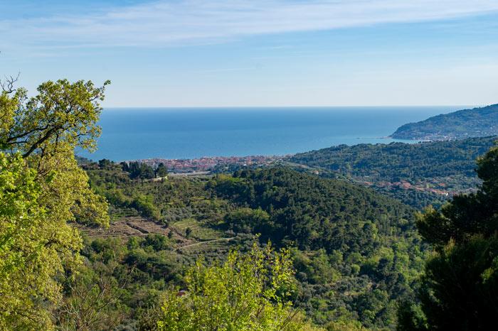 Immagine della vallata vista mare da Villa Faraldi