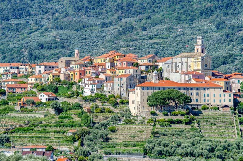 Vista del borgo medievale di Diano Castello
