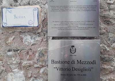 Foto della targa del Bastione di Mezzodì di Cervo